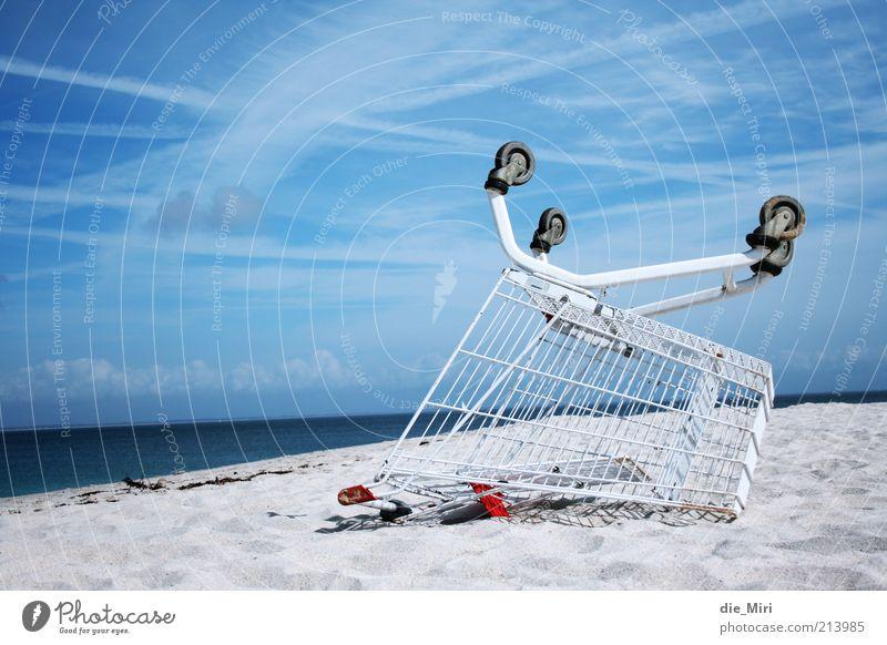 Strandwagen Natur Sand Himmel Wolken Einkaufswagen Wasser blau weiß Meer Farbfoto Außenaufnahme Menschenleer Textfreiraum links Tag Sandstrand Schönes Wetter