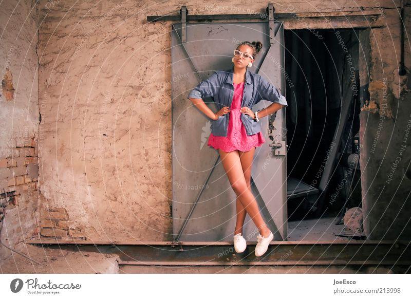 #213998 Lifestyle Stil Keller Mensch Frau Erwachsene Leben Ruine Mauer Wand Tür Mode Hemd Rock Accessoire Brille Schuhe stehen warten trendy nerdig schön