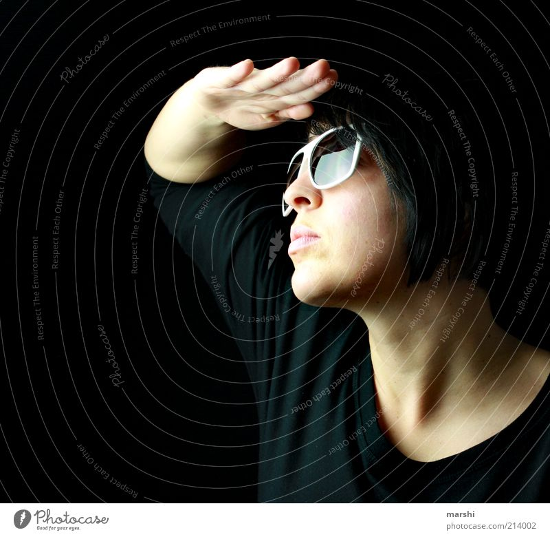 die Erleuchtung Stil Coolness hell schwarz Sonnenlicht Sonnenbrille grell dunkel dunkelhaarig Hand Gesicht Schatten Farbfoto Innenaufnahme Studioaufnahme