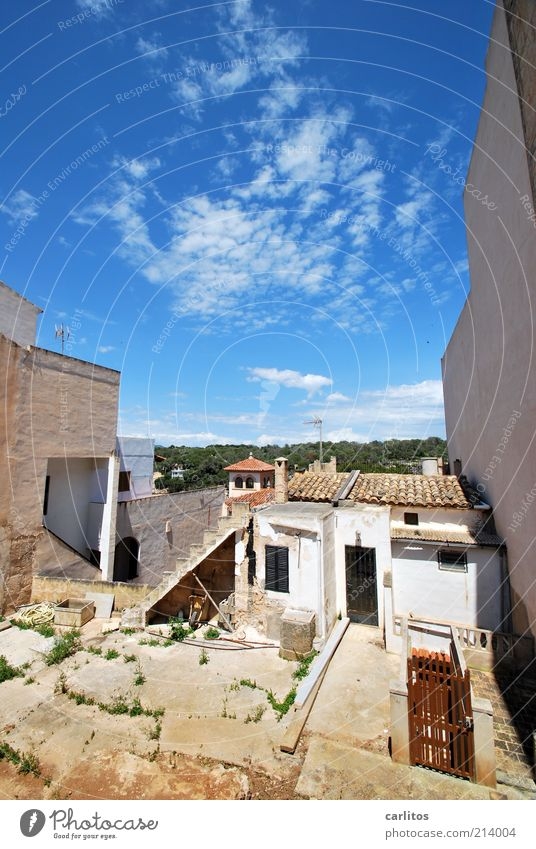 Hinterhof Cala Figuera alt Himmel weiß blau Sommer Haus Wolken Wand Mauer hell Beton trist Tourismus Dach einfach