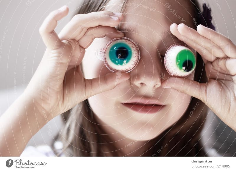 500 – Guckst du? Mensch Kind Mädchen schön grün Auge lustig blond Fröhlichkeit Gesicht Maske Karneval Kindheit Neugier verstecken