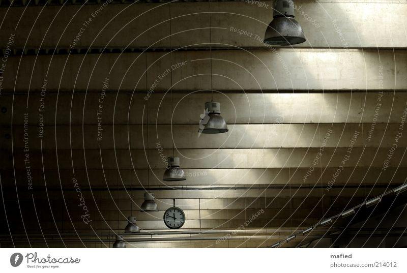 12vor12 schwarz gelb Lampe dunkel kalt grau Gebäude braun Metall Architektur Glas Beton Industrie trist Fabrik