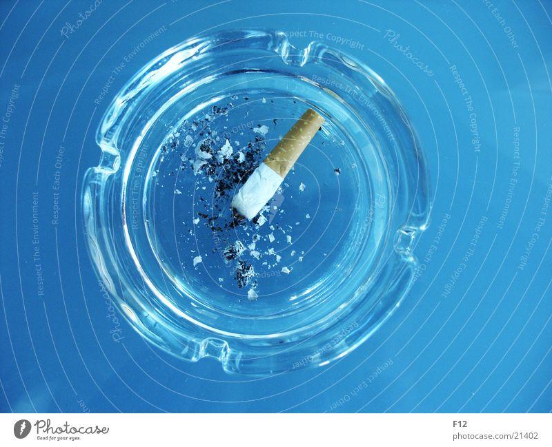 Ascher Aschenbecher Zigarette ausgedrückt Tisch rund Rauschmittel Nikotin flach Häusliches Leben Brandasche blau Glas Furche Filter Zigarettenstummel
