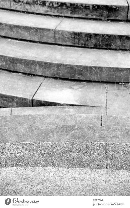 [H 10.1] treppauf, treppab Treppe Stein Beton grau trist abwärts aufwärts Schwarzweißfoto Außenaufnahme Schwache Tiefenschärfe außergewöhnlich Ecke Steintreppe