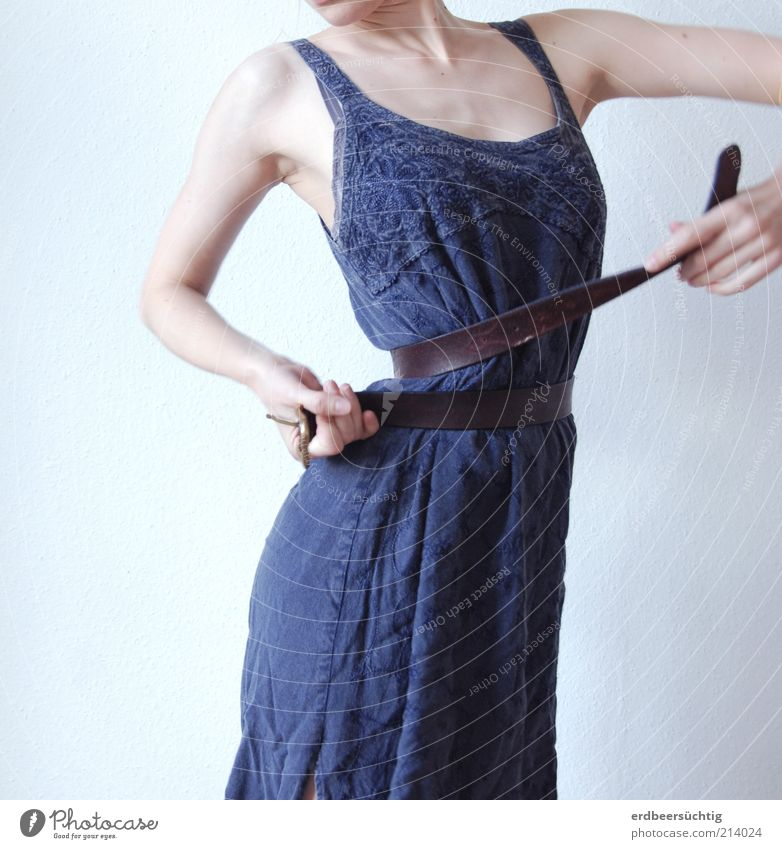Torsion feminin Junge Frau Jugendliche Körper Arme Mode Bekleidung Kleid Gürtel Bewegung drehen dünn hell kalt trashig blau violett weiß Drehung Gedeckte Farben