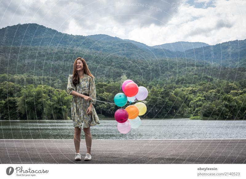 schöne junge asiatische Mädchen haben eine glückliche Zeit allein Frau Sommer grün ruhig Freude Gesicht Erwachsene Straße Lifestyle natürlich Glück Business