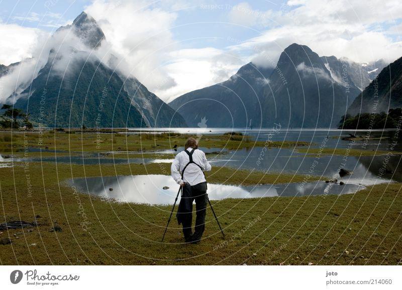 der Fotograf Mann Natur Ferien & Urlaub & Reisen ruhig Wolken Einsamkeit Ferne Arbeit & Erwerbstätigkeit Berge u. Gebirge See Regen Landschaft Erwachsene Nebel nass ästhetisch