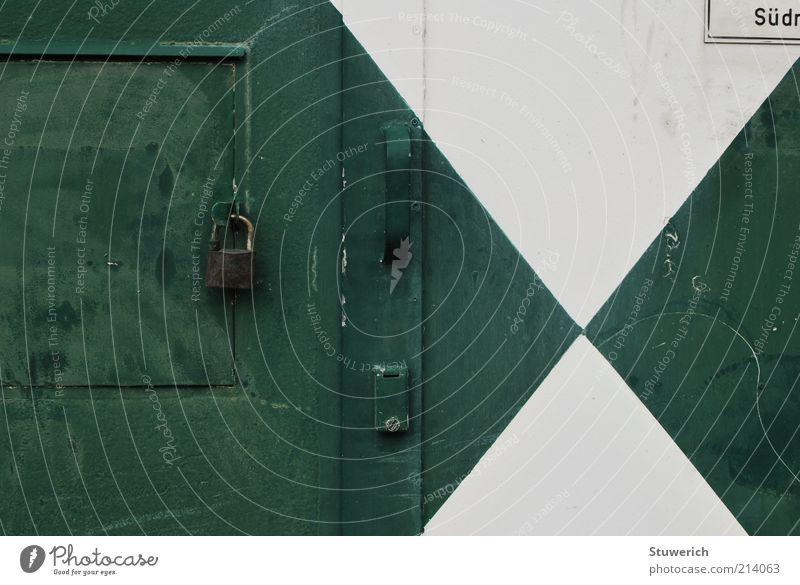 Verschlossen Holz Stahl ästhetisch authentisch Tür Schloss weiß grün Farbfoto Außenaufnahme Licht Schatten Burg oder Schloss Griff Schilder & Markierungen