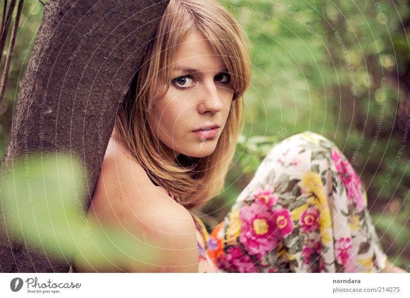 Mensch Natur Jugendliche grün schön Baum Pflanze Erwachsene Auge gelb feminin Haare & Frisuren Traurigkeit träumen Mode Park