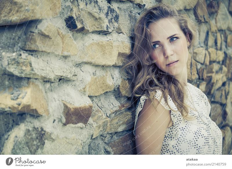 Porträt eines schönen jungen traurigen Mädchens, das nahe der Wand steht Mensch Frau Natur Jugendliche Sommer Erholung Einsamkeit Gesicht Erwachsene Straße