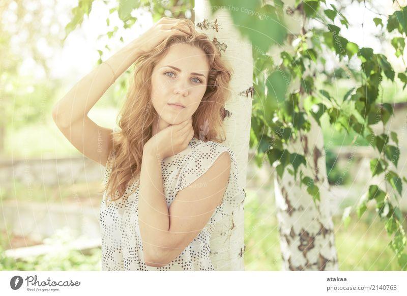 Portrait eines schönen jungen glücklichen Mädchens Mensch Frau Natur Jugendliche Sommer weiß Sonne Erholung Freude Gesicht Erwachsene Lifestyle Gefühle