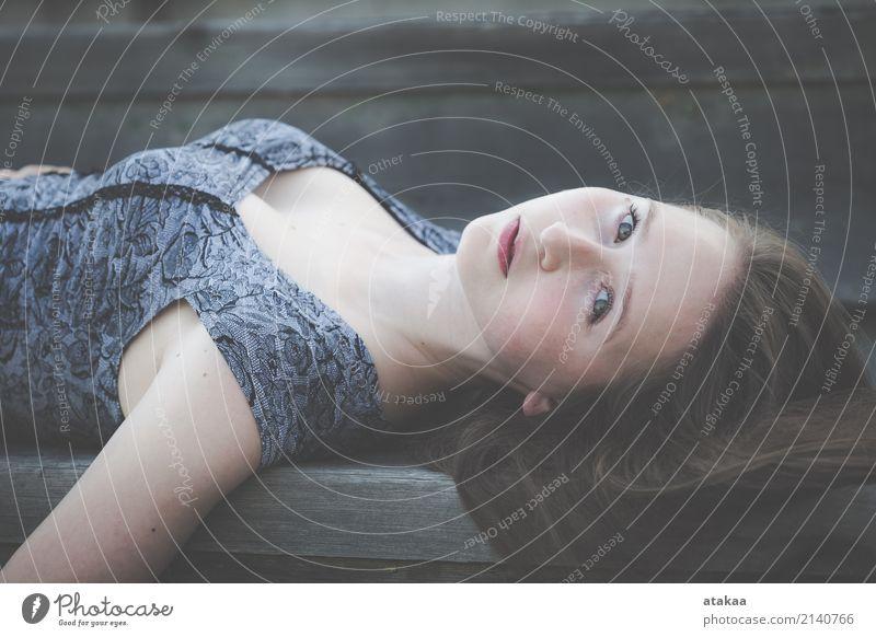 Portrait eines schönen jungen Mädchens Lifestyle Stil Gesicht Erholung Freiheit Sommer Mensch Frau Erwachsene Jugendliche Natur Park Straße Mode Denken