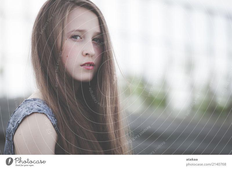 Porträt eines schönen jungen traurigen Hippie-Mädchens Lifestyle Stil Gesicht Erholung Freiheit Sommer Mensch Frau Erwachsene Jugendliche Natur Park Straße Mode
