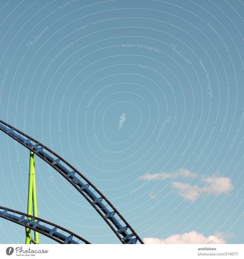 Achterbahn Himmel Natur grün blau Sommer Freude Wolken ruhig Luft Feste & Feiern Freizeit & Hobby Ausflug Geschwindigkeit fahren Stahl Jahrmarkt