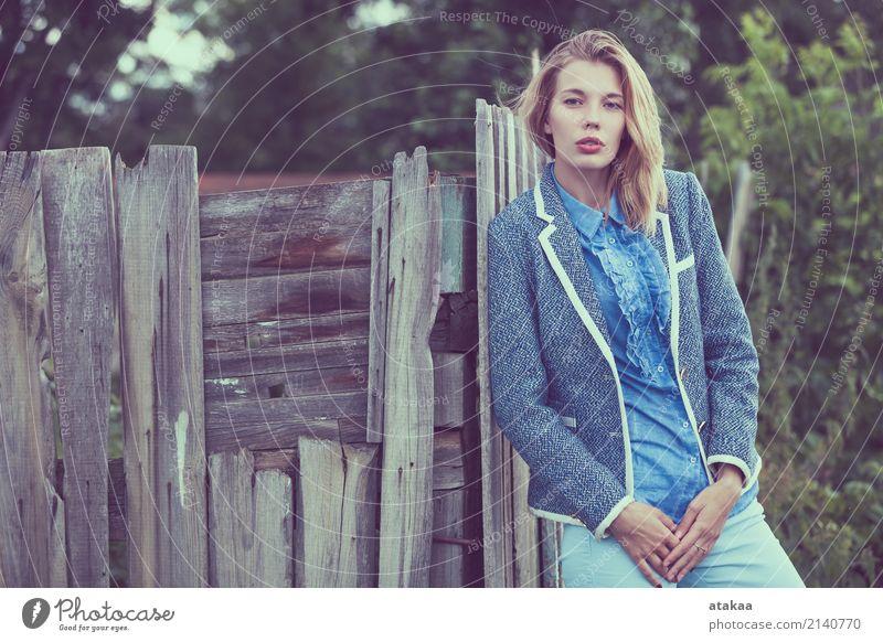 Portrait eines schönen jungen glücklichen Mädchens draußen Mensch Frau Natur Jugendliche Sommer weiß Sonne Erholung Freude Gesicht Erwachsene Lifestyle Gefühle