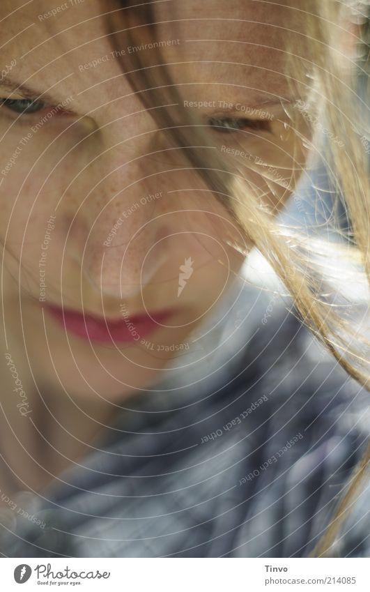 Rapunzel wartet auf den Prinz Frau Mensch Jugendliche Gesicht feminin Gefühle Haare & Frisuren Erwachsene Denken blond Haut warten beobachten 18-30 Jahre Sorge Sommersprossen