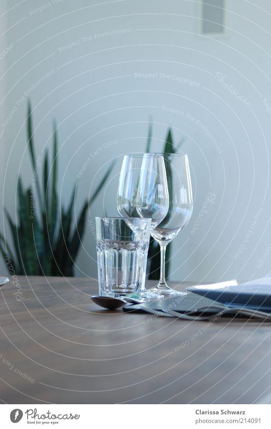 Gedeckter Tisch Ernährung Mittagessen Abendessen Geschäftsessen Trinkwasser Wein Geschirr Teller Glas Besteck elegant modern reich braun Zusammensein Reichtum