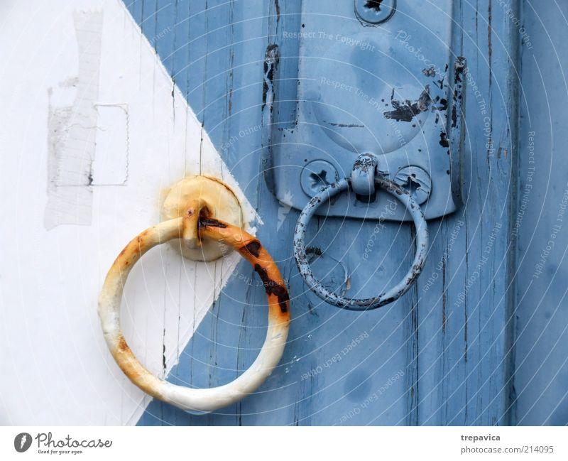 ... knock knock... Haus Gebäude Tür Holz Metall Rost alt ästhetisch kalt nass blau weiß Menschenleer Burg oder Schloss geschlossen Kreis kreisrund