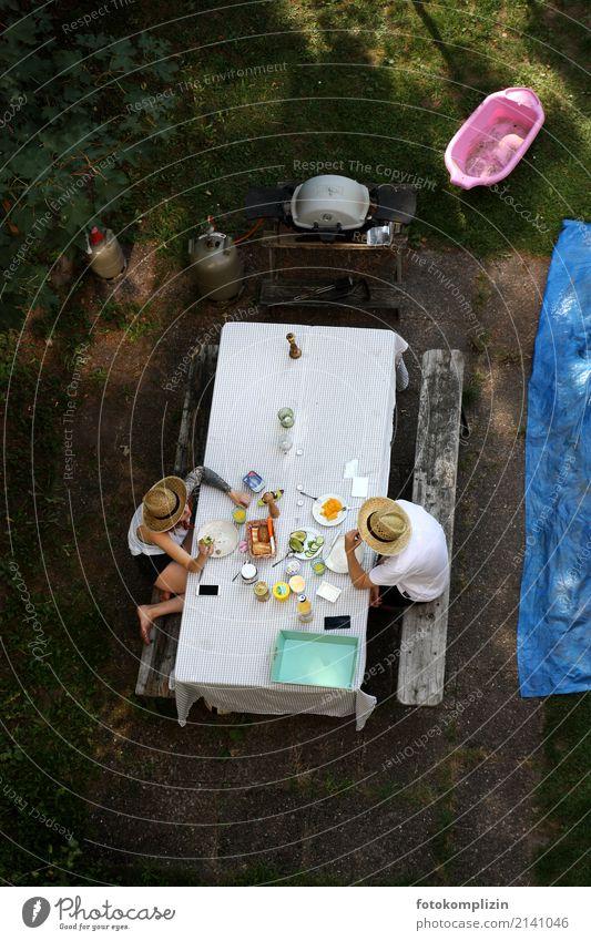 sommer frühstück Sommer Gesunde Ernährung Erholung Essen sprechen Glück Garten Stimmung Zusammensein Häusliches Leben Zufriedenheit Kommunizieren genießen Tisch