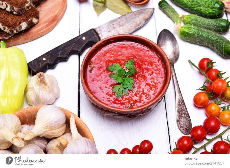 Suppe aus frischem Gemüse Gazpacho Brot Eintopf Kräuter & Gewürze Ernährung Mittagessen Abendessen Vegetarische Ernährung Diät Teller Messer Löffel Tisch Küche