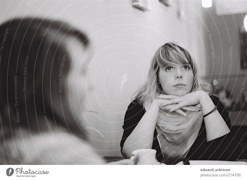 Dreamy Kaffeetrinken Tasse Restaurant feminin Junge Frau Jugendliche 2 Mensch 18-30 Jahre Erwachsene Tuch brünett blond langhaarig Blick sitzen träumen Erholung