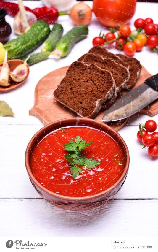 Suppe Gazpacho in einer braunen Platte Gemüse Brot Eintopf Kräuter & Gewürze Ernährung Mittagessen Abendessen Vegetarische Ernährung Diät Teller Tisch Küche