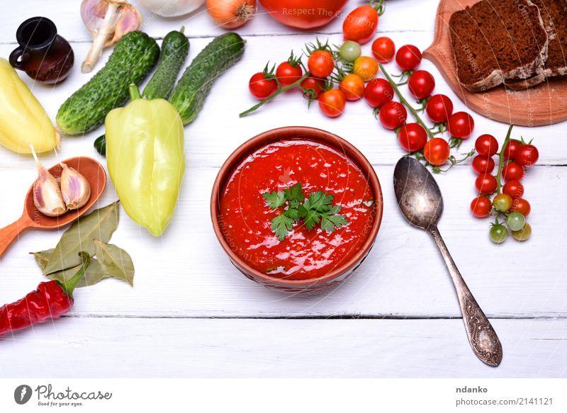 Suppe Gazpacho in einer braunen keramischen Platte Gemüse Brot Eintopf Kräuter & Gewürze Ernährung Mittagessen Abendessen Vegetarische Ernährung Diät Teller