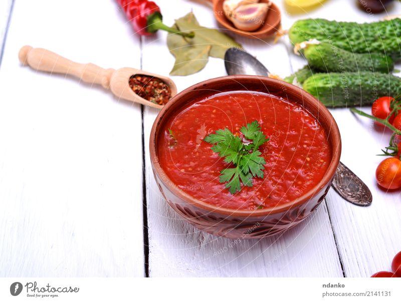 Kalte Gazpacho-Suppe Gemüse Eintopf Kräuter & Gewürze Ernährung Mittagessen Abendessen Vegetarische Ernährung Diät Teller Löffel Tisch Küche Holz dick frisch