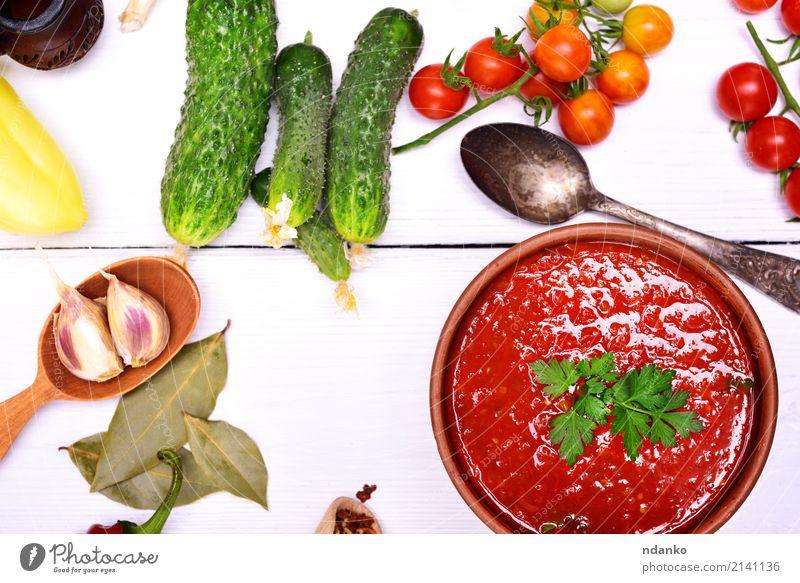 Frische Gazpacho-Suppe Gemüse Eintopf Kräuter & Gewürze Vegetarische Ernährung Diät Teller Löffel Sommer Tisch Küche Holz Essen dick frisch grün rot weiß