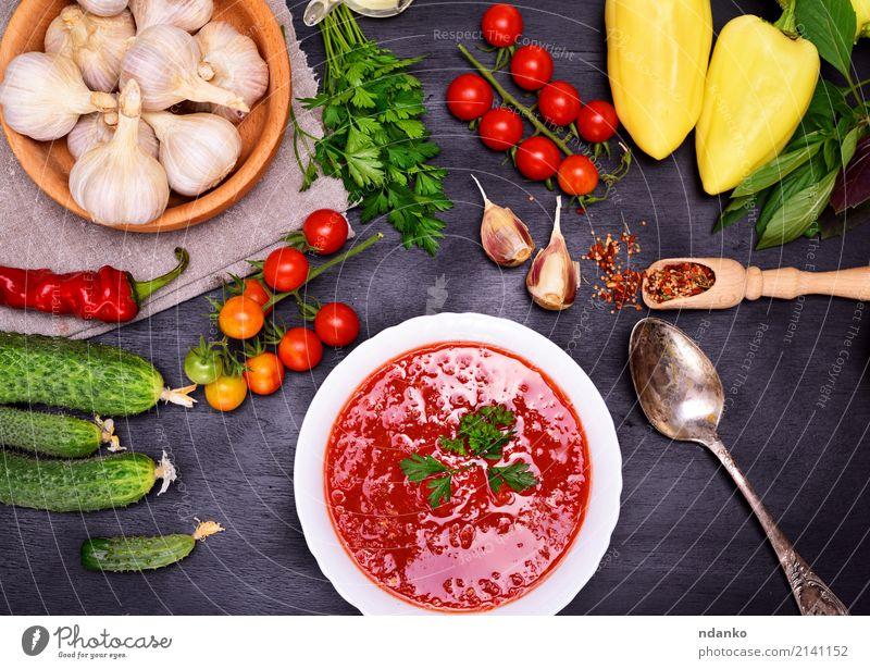 Frische kalte Tomaten- und Gemüsesuppe Sommer grün weiß rot Holz Ernährung frisch Tisch Kräuter & Gewürze Küche lecker Ernte Tradition dick Brot