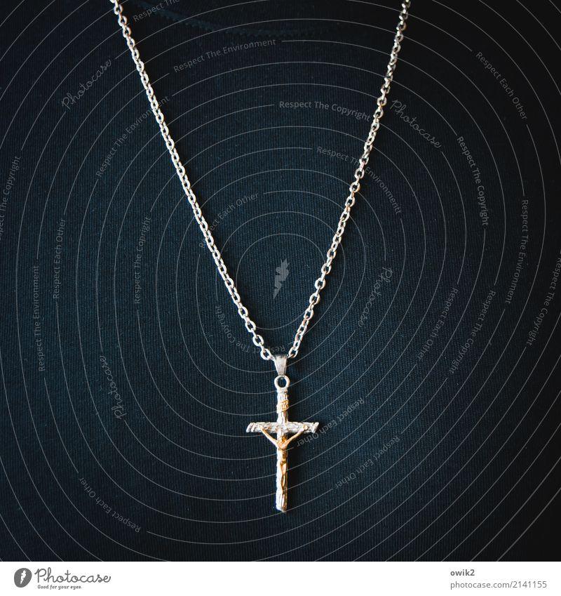 Glaubensbekenntnis Junger Mann Jugendliche Körper Brust 30-45 Jahre Erwachsene Metall Zeichen Halskette Christliches Kreuz Kruzifix hängen tragen einfach fest