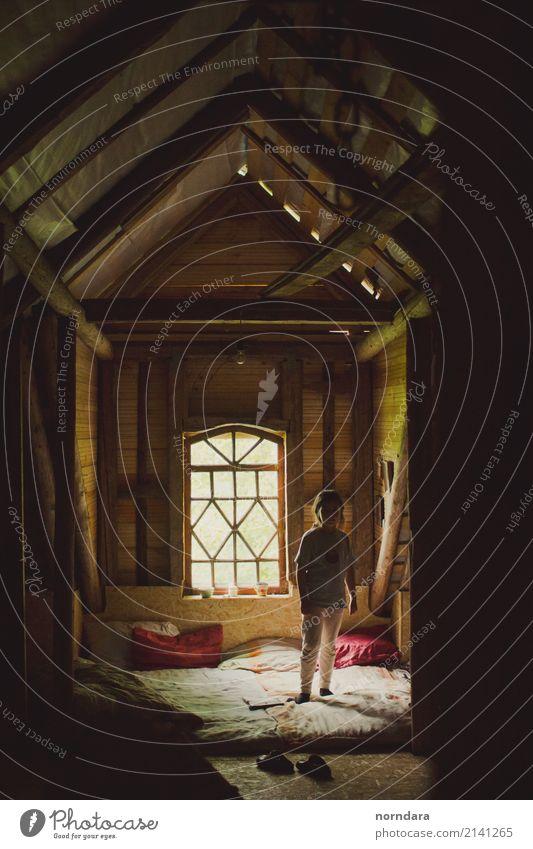Kleines Mädchen und Licht Lifestyle Haus Traumhaus Raum Dachboden Fenster Fensterrahmen Decke Holz Holzbrett altmodisch 1 Mensch 3-8 Jahre Kind Kindheit