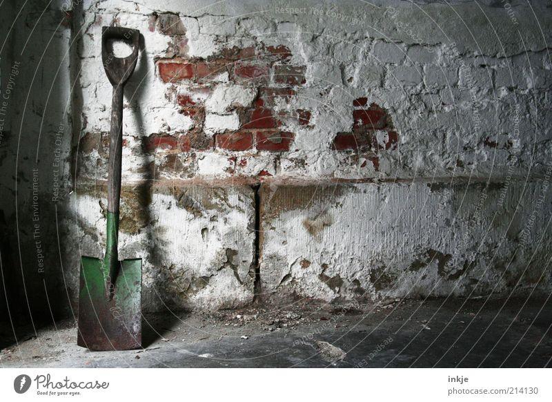 Spaten an Ziegelwand (kaputt) alt Wand Stein Mauer Stimmung Arbeit & Erwerbstätigkeit Beton Armut Pause trist Baustelle Vergänglichkeit Ende Backstein Stahl
