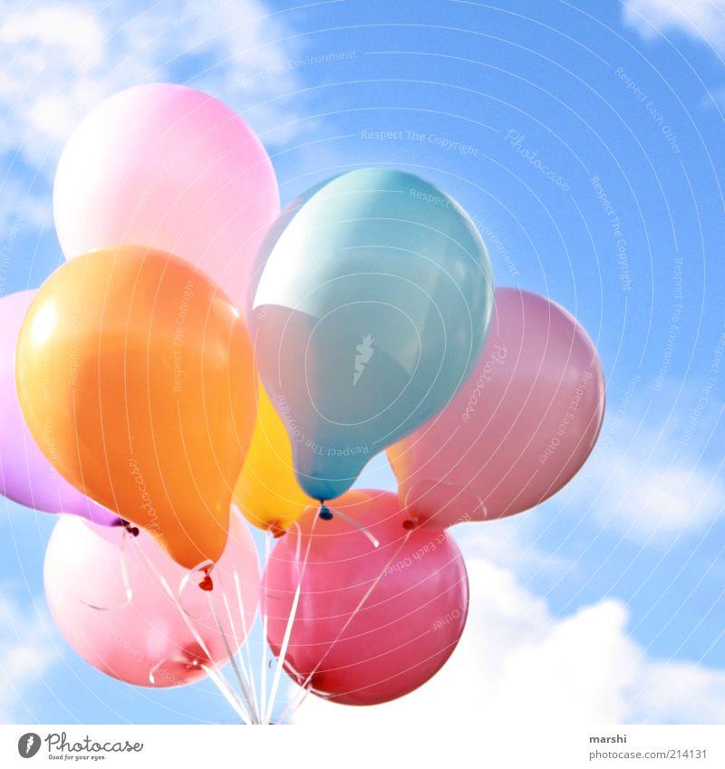 dem Himmel so nah schön Wolken Freiheit Jubiläum Geburtstag fliegen Luftballon viele Schönes Wetter Leichtigkeit Blauer Himmel fliegend Licht Anlass