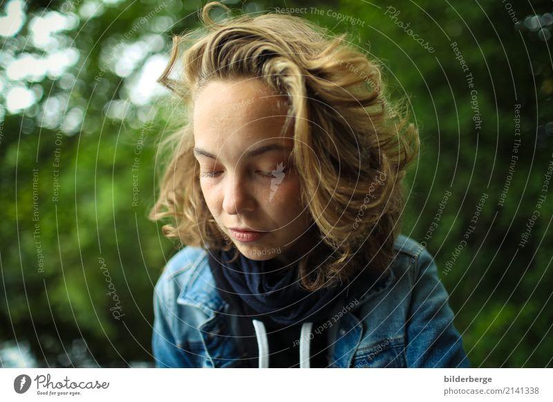 zu Seite Frau Natur Jugendliche Junge Frau blau grün Erholung Wald Erwachsene Lifestyle Gefühle feminin Berlin Kopf träumen Fotografie
