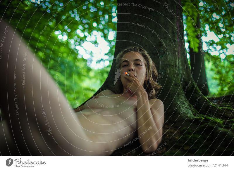rauchen Lifestyle Rauschmittel Ferien & Urlaub & Reisen feminin Frau Erwachsene Natur Wald langhaarig Sex dünn Gefühle Rauchen Erholung Freiheit Erotik Stimmung