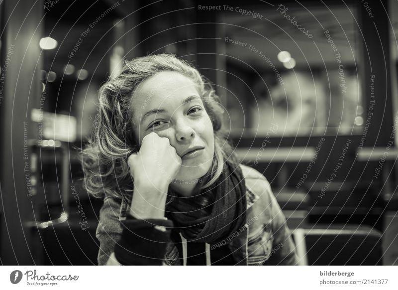 Frau Jugendliche Junge Frau schön Lifestyle Gefühle feminin Berlin Fotografie Hauptstadt langhaarig Schal Fußgängerzone Halstuch Jeansjacke