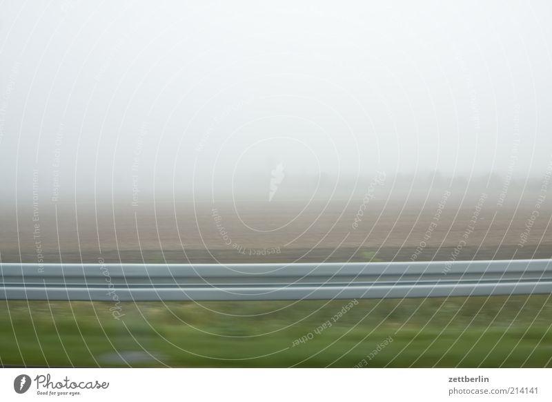 Nebel Landschaft Feld Straßenverkehr Autofahren Leitplanke Dunst trüb hell dunstig Perspektive Geschwindigkeit heimweg Farbfoto Gedeckte Farben Außenaufnahme