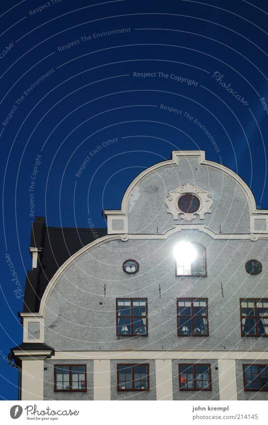 """""""john, du bist berufen"""" Sonne Sonnenlicht Sommer Stockholm Schweden grillska huset Stortorget Altstadt Haus Architektur Fenster Dach Sehenswürdigkeit historisch"""