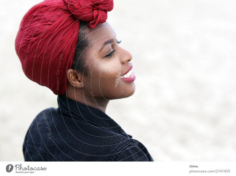 Arabella feminin Frau Erwachsene 1 Mensch Strand Jacke Kopftuch beobachten Lächeln lachen Blick Freundlichkeit Fröhlichkeit schön Gefühle Freude selbstbewußt