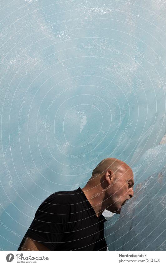 Mann trinkt Wasser an einem Gletscher Lifestyle Freude maskulin Erwachsene Leben 1 Mensch 45-60 Jahre Eis Frost T-Shirt Glatze berühren frieren Küssen kalt nass