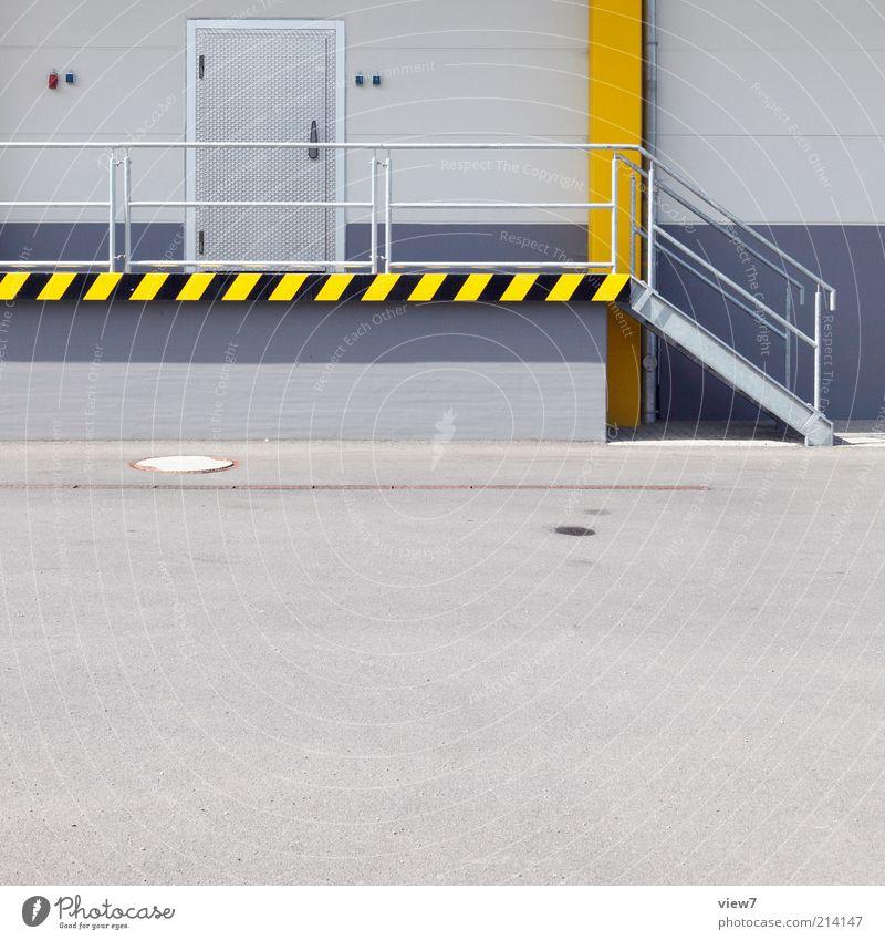 Kühlhalle Handel Güterverkehr & Logistik Haus Platz Bauwerk Mauer Wand Treppe Fassade Tür Beton Schilder & Markierungen authentisch eckig einfach gut neu