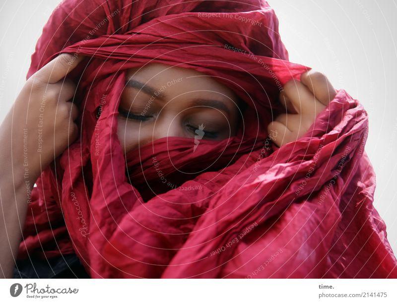 Arabella feminin Frau Erwachsene 1 Mensch Stoff Kopftuch Bewegung Denken festhalten träumen schön Wärme rot Gefühle Glück Zufriedenheit Leidenschaft Vertrauen