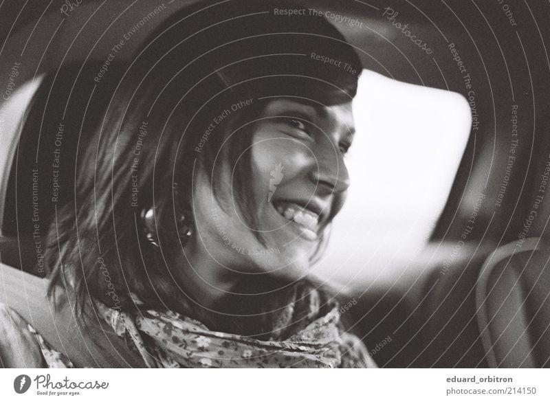 Autofahrt Stil Mensch feminin Junge Frau Jugendliche Erwachsene Kopf 1 18-30 Jahre Autofahren PKW Stoff Tuch brünett langhaarig Scheitel Lächeln lachen sitzen