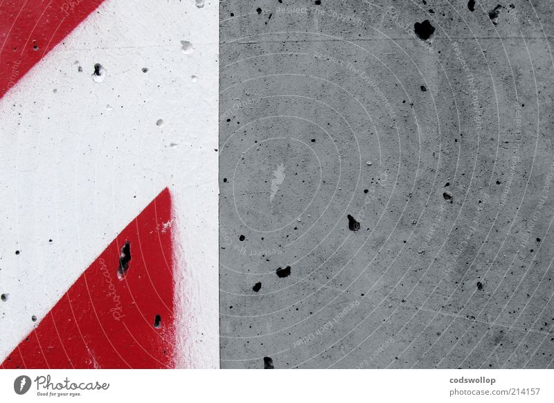 concrete rot-weiß Bauwerk Mauer Wand Fassade Beton Zeichen Schilder & Markierungen grau Sicherheit Warnhinweis bemalt Farbfoto Außenaufnahme abstrakt Muster