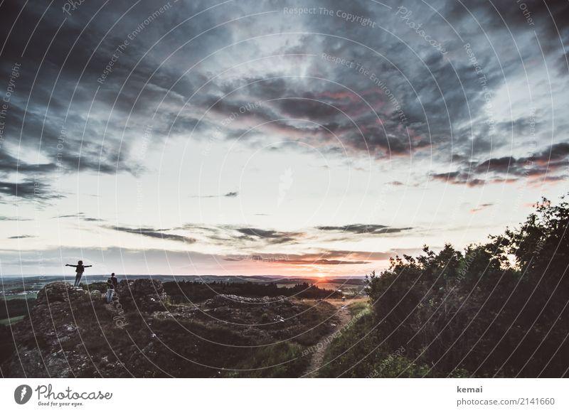 Sonnenuntergang-Dramatik Mensch Himmel Natur Sommer Landschaft Erholung Wolken ruhig Ferne dunkel Lifestyle Umwelt Wege & Pfade außergewöhnlich Freiheit Felsen
