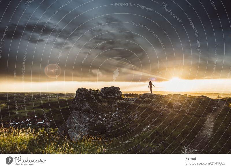 Glorreich geht die Sonne unter. Mensch Himmel Natur Landschaft Erholung Wolken ruhig Ferne Berge u. Gebirge Lifestyle außergewöhnlich Freiheit Felsen Ausflug