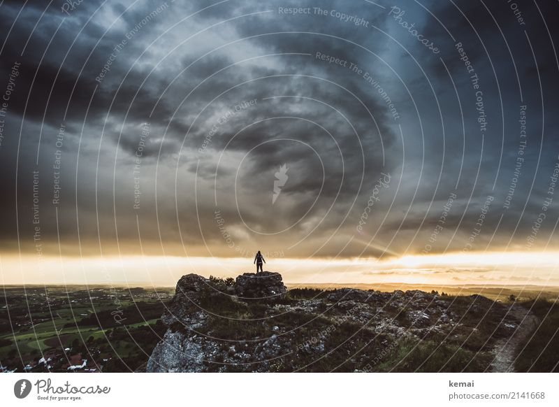 Da oben. Leben ruhig Freizeit & Hobby Abenteuer Ferne Freiheit Mensch 1 Natur Landschaft Urelemente Himmel Gewitterwolken Horizont Sommer Wetter Sturm Felsen