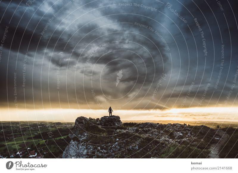 Da oben. Mensch Himmel Natur Sommer Landschaft Einsamkeit ruhig Ferne dunkel Leben außergewöhnlich Freiheit Felsen Freizeit & Hobby wild Horizont