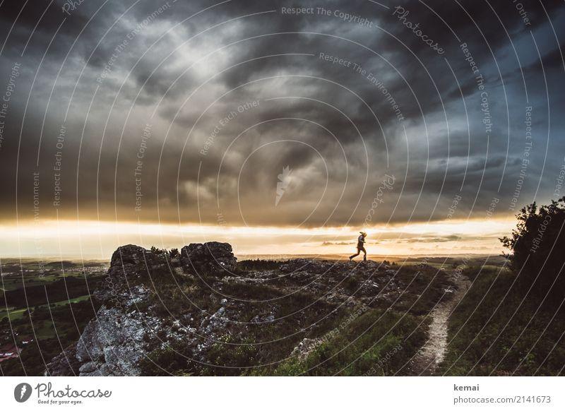 Im Regen tanzen Lifestyle Leben Zufriedenheit Freizeit & Hobby Ausflug Abenteuer Ferne Freiheit Mensch 1 Natur Landschaft Himmel Wolken Gewitterwolken Sommer